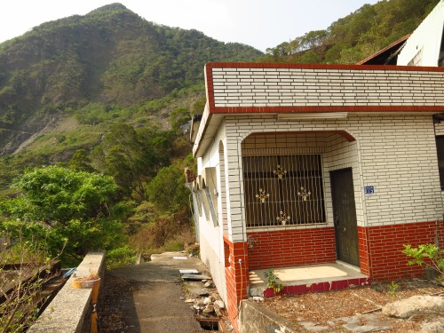 A house on the brink of the abyss at Jilu village