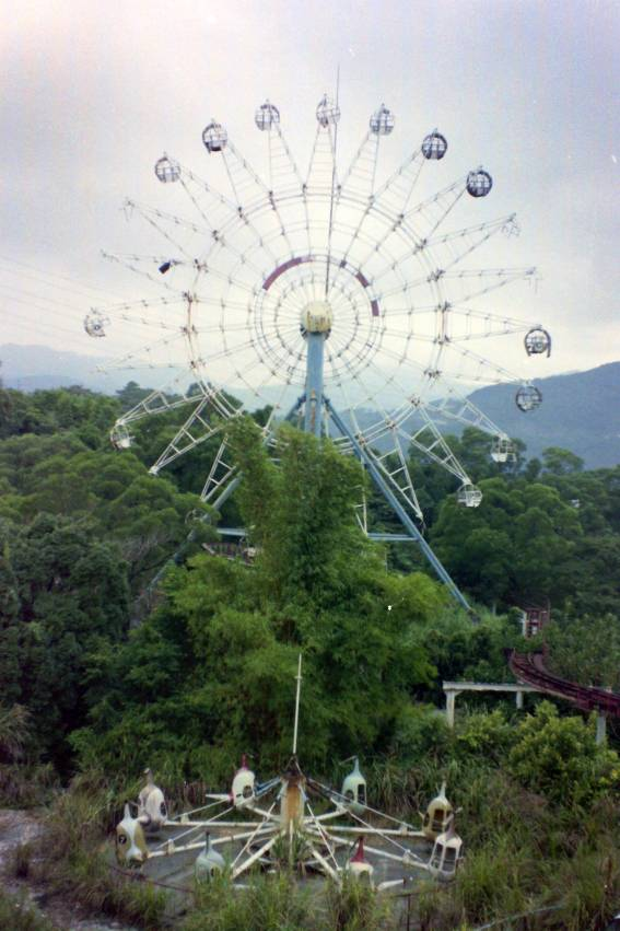 The Ferris wheel and rocket ride at the abandoned theme park above Pitan, Xidian (photo taken around 1995)