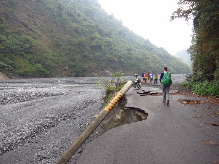 The new trailhead (the road to Xinhaocha was washed away from here onwards during Typhoon Morakot in 2009)