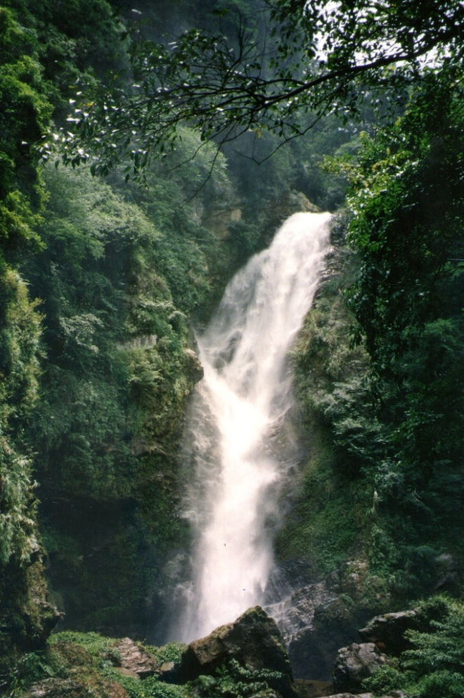 The lower of the two Shuanglong Waterfalls