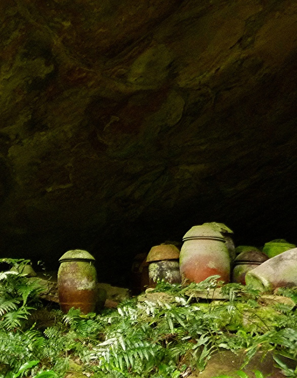 The bat cave (with its selection of funerary jars) at Nuandong Gorge