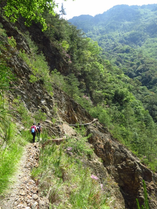 Near Yinu Waterfall