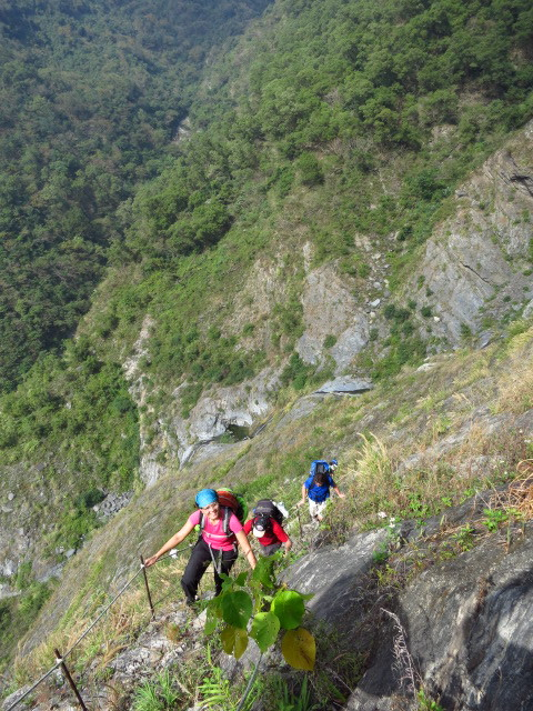 On the 'Cliff Trail', en route to Jiuhaocha aboriginal village