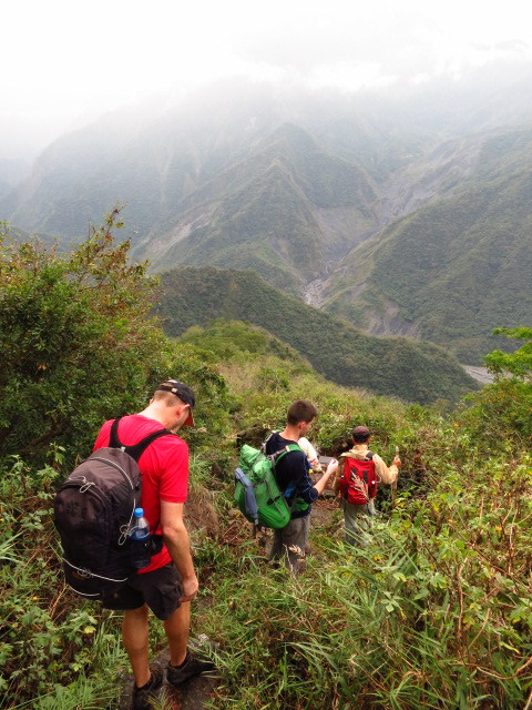 The easier route to Jiuhaocha runs from the village straight down to  the river far below
